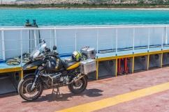 Mare Egeo - Sul ponte di un traghettino la tedesca si gode il sole della Grecia. Mi sembra molto felice.
