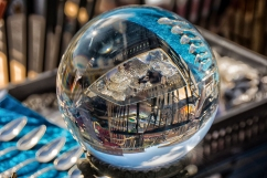 Nizza - Colori e riflessi in una sfera di cristallo