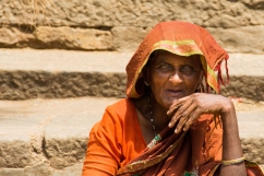 India del Sud - La signora mi vede arrivare da lontano, si solleva il velo sulla testa e continua a guardarmi mentre in ginocchio davanti a lei le chiedo a gesti il permesso di fare una foto. Socchiude gli occhi e, per un istante, sorride.