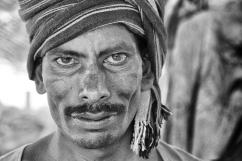 India del Sud - La durezza della vita di un facchino al mercato di Mysore affiora dai lineamenti scavati di un volto senza tempo.