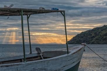 Alba e tramonto viste dalle rive del lago sono spesso indimenticabili, con colori cangianti accompagnati dal fruscio ipnotico delle onde e dal lontano richiamo dell'aquila pescatrice in caccia.