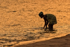 Una ragazza inizia la giornata lavandosi nelle acque tiepide del lago.